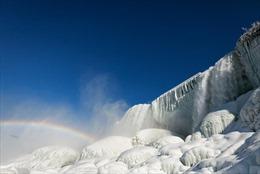 Hình ảnh thác Niagara đóng băng bảy sắc cầu vồng đẹp 'đốn tim'