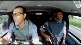 Lái xe xử lý 'đẳng cấp' khi bị cướp tấn công bằng súng AK-47