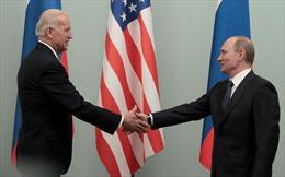 Video Tổng thống Nga, Mỹ bắt tay nhau, bước vào phòng đàm phán