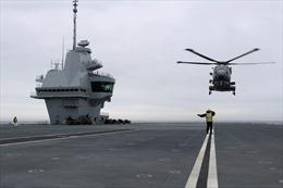 Anh điều trực thăng săn tàu ngầm Nga bám theo tàu sân bay HMS Queen Elizabeth