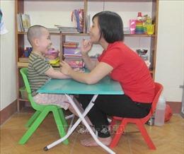 Khi trẻ mắc tự kỷ: Đừng đổ lỗi cho mình, hãy đồng hành cùng con
