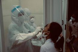Trắng đêm lấy mẫu xét nghiệm nơi tâm dịch Bệnh viện K