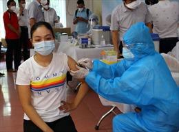 Vaccine COVID-19 bảo vệ người được tiêm như thế nào?