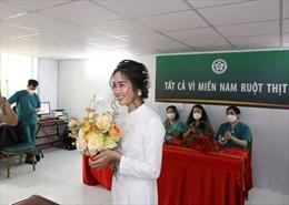 Đám cưới 'online' đặc biệt của nữ điều dưỡng đang đi chống dịch COVID-19