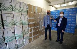 WHO trao tặng lô hàng vật tư y tế, hỗ trợ Việt Nam chống dịch COVID-19