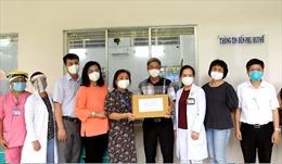 Thứ trưởng Bộ Y tế Nguyễn Trường Sơn tặng quà Trung thu cho các em nhỏ có người thân mất vì COVID-19