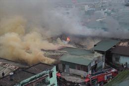 Cháy rụi 400m2 nhà kho bánh kẹo tại quận Hoàng Mai (Hà Nội)