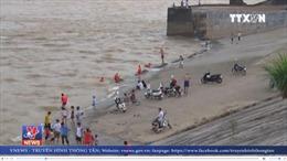 Người dân bất chấp nguy hiểm tắm sông Đà khi Thủy điện xả lũ