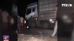 Người dân chặn xe chở dăm gỗ sau tai nạn chết người