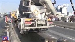 Xe bồn xô đổ hàng chục mét dải phân cách, ùn tắc kéo giờ cao điểm