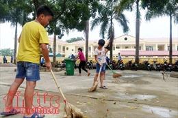 Học sinh vùng ngập Nam Phương Tiến dọn dẹp vệ sinh chuẩn bị cho năm học mới