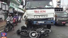 Xe tải tông 8 xe máy, 11 người thương nặng