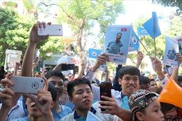 Người hâm mộ xếp hàng dài chụp ảnh cùng Quang Hải và Joleon Lescott
