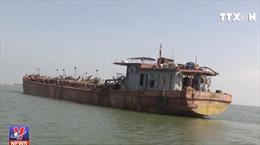 Nam Định bắt tàu hút cát trái phép trên biển
