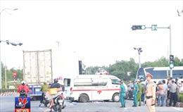 Xe cấp cứu va chạm với xe con, một người bị thương nặng