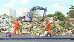 Quần quật dọn rác mỗi ngày, công nhân vệ sinh vẫn bị nợ lương hàng năm trời chưa trả