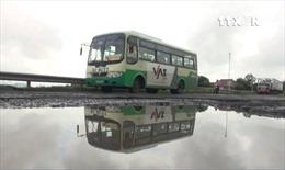 Giao thông mất an toàn do Quốc lộ 1 hư hại nặng sau mưa lũ