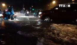 Người dân TP Hồ Chí Minh bì bõm đi lại trong mưa bão