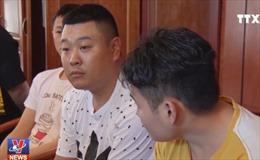 Bàn giao tang vật làm giả thẻ ngân hàng và đánh bạc trên mạng của nhóm đối tượng người Trung Quốc