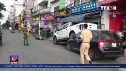 Xe bán tải Ford Ranger chạy lùi hất văng 2 xe máy rồi lao lên đầu ô tô khác