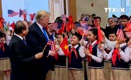 Tổng thống Trump 'gây sốt' với khoảnh khắc mượn lá cờ Việt Nam