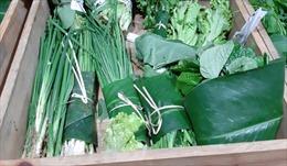 Trào lưu gói hàng hóa bằng lá chuối lan rộng ra Hà Nội