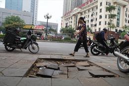 Vỉa hè lát đá 'siêu bền' trên nhiều phố bị bong tróc, vỡ nát