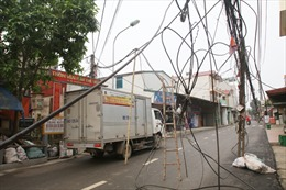 Cột nằm giữa đường, cáp viễn thông chằng chịt đe dọa người đi đường