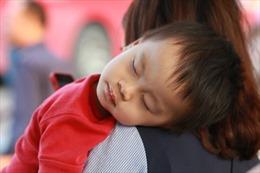 Những đứa trẻ mệt nhoài giữa dòng người trở lại Hà Nội ngày 1/5