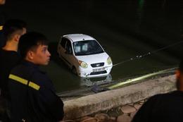 Ô tô mất lái lao xuống hồ Linh Đàm