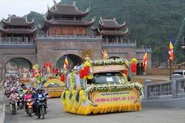 Hơn 400 xe hoa rước Phật mừng Đại lễ Vesak