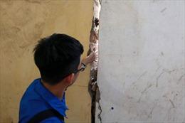 Học sinh trường THPT Trương Định vừa học vừa sợ vữa rơi, tường đổ