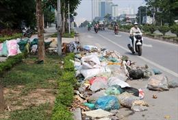 Lòng đường phố Trịnh Văn Bô biến thành bãi rác thải, bốc mùi hôi thối