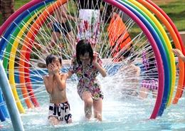 Tránh nắng nóng, người dân đi giải nhiệt ở công viên nước hiện đại nhất Thủ đô