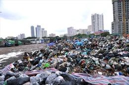 'Rác thải sinh hoạt chất thành núi' hôi thối tại quận Cầu Giấy
