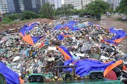 'Núi rác thải sinh hoạt' ùn ứ giữa trung tâm quận Cầu Giấy