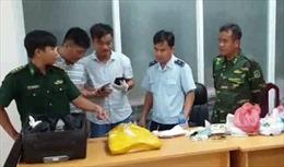 Bắt đối tượng vận chuyển 7 kg ma túy đá từ Campuchia về Việt Nam