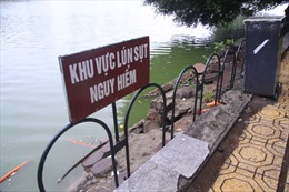 Đặt biển báo, dựng rào sắt khu vực sụt lún bờ kè hồ Gươm