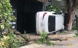 Bình Định: Ô tô lao lên vỉa hè làm 2 người thương vong