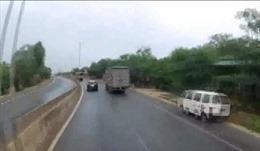 Ô tô đột ngột bẻ lái chuyển làn, đi vào điểm mù của xe tải