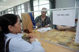 Người dân hồ hởi đi đăng ký thẻ xe buýt miễn phí