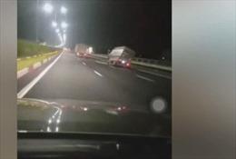 Đánh lái xin vượt, xe tải lật nghiêng trên quốc lộ