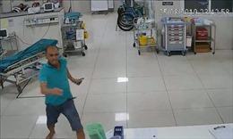 Nam bệnh nhân say rượu hành hung nhân viên y tế