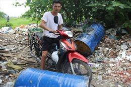 10 thùng phuy nghi là chất thải công nghiệp độc hại bị đổ trộm trên Đại lộ Thăng Long