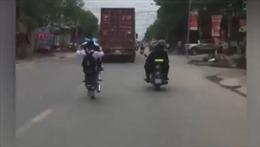 Nam sinh bốc đầu xe máy thách thức cảnh sát cơ động