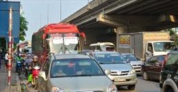 Ô tô thường xuyên dàn kín mặt đường trong nội thành Hà Nội
