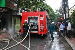 Một người bị mắc kẹt trong đám cháy lớn tại căn nhà 5 tầng phố Núi Trúc