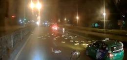 Tài xế 'hôi của' giữa quốc lộ ban đêm