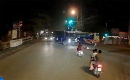 Xe máy liều lĩnh cắt đầu xe tải