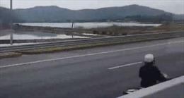 Người phụ nữ lái xe máy ngược chiều trên cao tốc